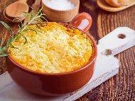 Рецепта Запеканка с картофи, готварска сметана, наденица (кренвирши), кисели краставички и кашкавал в гювечета на фурна